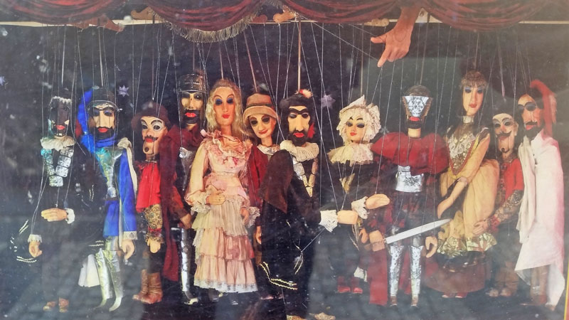 the cast of opera don giovanni as marionettes on stage