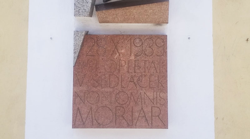 a marble wall plaque with the date 28-x-1939 and latin text that says he died at this place