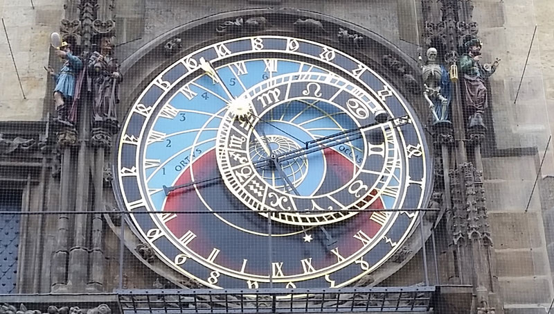 prague astronomical clock face and instruction on how to tell the time